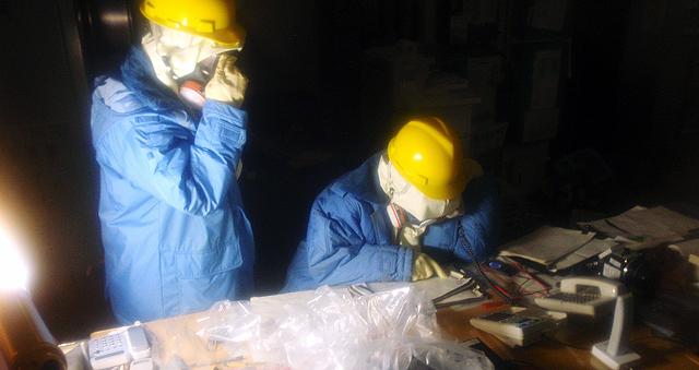 Dos de los trabajadores de la central de Fukushima. | Reuters