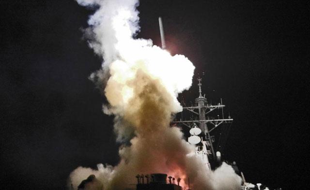 El destructor estadounidense 'USS Barry', lanzando un misil 'Tomahawk'.   Afp