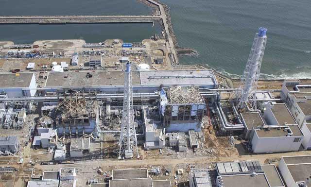 Vista aérea de la central de Fukushima con dos de sus reactores derrumbados. | Reuters