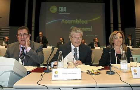 El presidente de la CAM, Modesto Crespo (c), y la directora general de CAM, María Dolores Amorós (d). | Efe