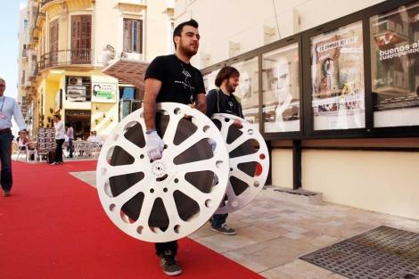 Dos jóvenes llevan unas cintas al Cine Albéniz. | Antonio Pastor