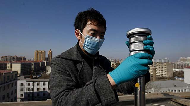 Un trabajador recoge muestras de aire para examinar los niveles de radiación en China. | David Cheung/Efe