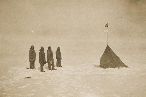 Foto de archivo de la llegada a la Antártica de la expedición del explorador noruego Roald Amundsen en 1911. | Biblioteca Nacional de Australia