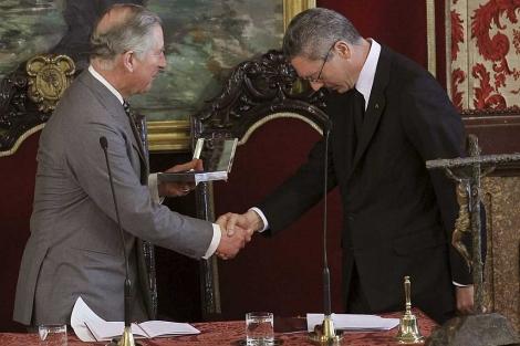 Alberto Ruiz-Gallardón, con el Príncipe Carlos de Inglaterra. | Efe