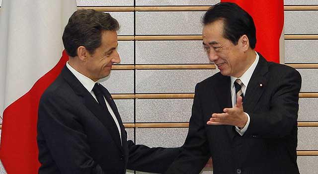 Sarkozy, recibido por el primer ministro japonés Naoto Kan, en Tokio.   Reuters