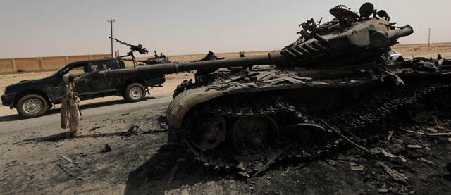 Uno de los tanques destruidos por los bombardeos. | AP