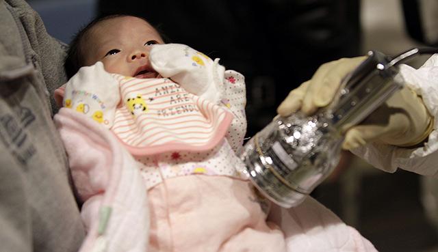 Miden los niveles de radiación a un bebe. | Reuters
