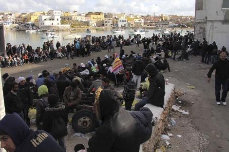 Inmigrantes aguardan su traslado en la isla de Lampedusa (Italia). | Efe