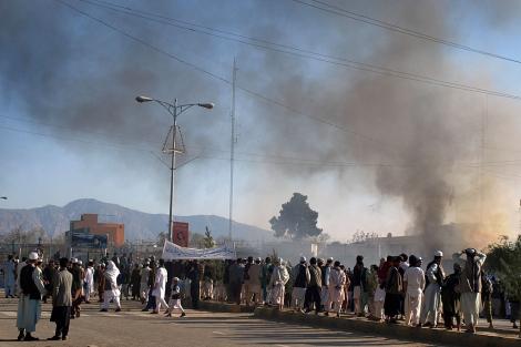 El humo sale de la oficina de la ONU tras el ataque. | AP