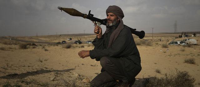Un rebelde libio en primera línea de fuego cerca de Brega. | AP
