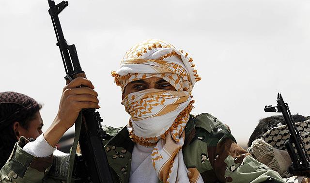 Un rebelde armado a las afueras de la ciudad de Brega. | Reuters