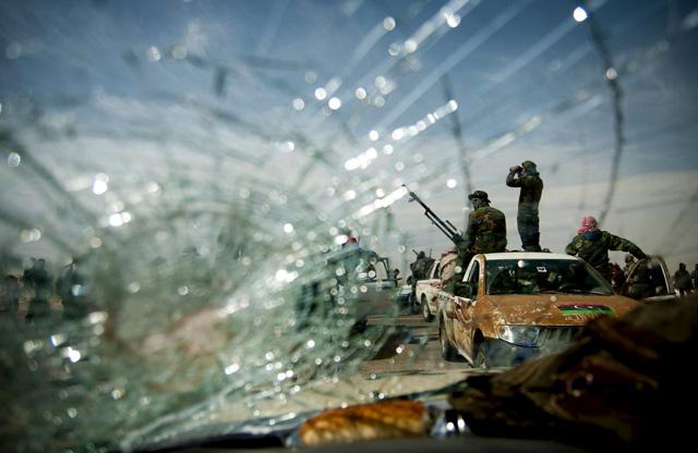 Rebeldes libios armados en una carretera cerca de Brega, Libia. | Efe