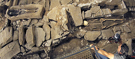 La excavación conserva dos cuerpos fosilizados. | Efe