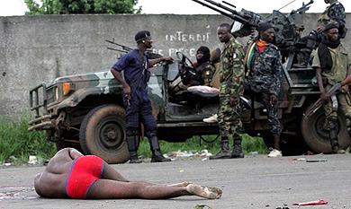 Fuerzas de Ouattara, cerca del palacio presidencial, en Abiyán.  Reuters