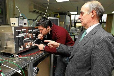 El director de I+D de Seadm, Guillermo Vidal, sopla por el equipo ante el director, Gonzalo Fernández. | J. M. Lostau