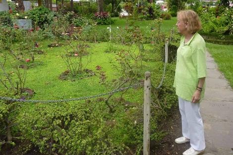 Catalina Montes en el jardín de la Universidad del Salvador, donde fueron asesinados los jesuitas.   L. Leonardo
