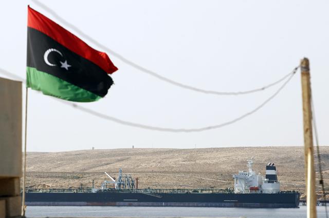 El petrolero en la costa de Libia.   Reuters