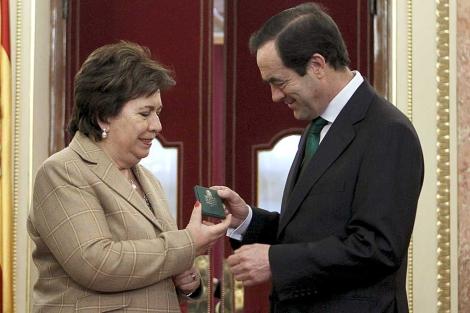Bono recibe de la Defensora del Pueblo en funciones el informe de 2010. | Efe