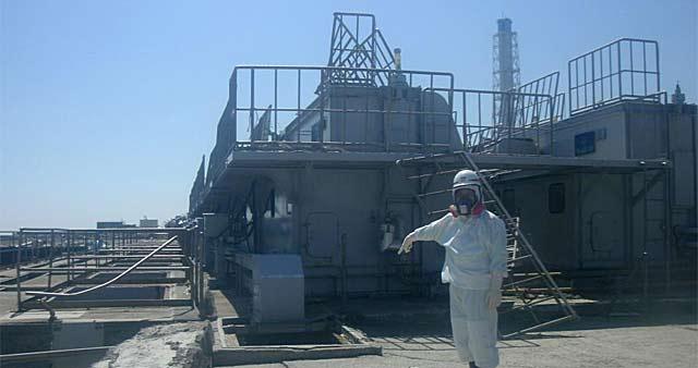 Un trabajador en la toma de agua del segundo reactor de Fukushima.   Tepco/HO/Efe