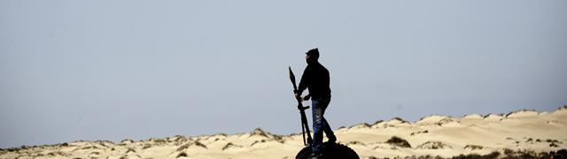 Un soldado rebelde libio cerca de la ciudad de Brega.   Efe