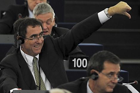 Un eurodiputado ayer en la votación. | Efe