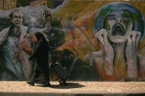 Una mujer camina por Barreiro, una localidad cercana a Lisboa. | Reuters