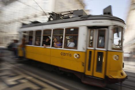Un tranvía en las calles de Lisboa. | Reuters