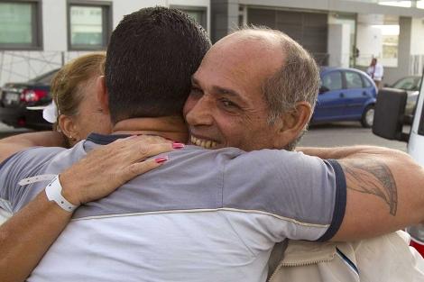 Orlando Fundora Álvarez (dcha) y su esposa, recibidos en Madrid por un compatriota. | Ap
