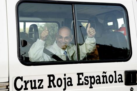 El disidente Orlando Fundora, en una ambulacia de Cruz Roja al llegar a Barajas. | Afp