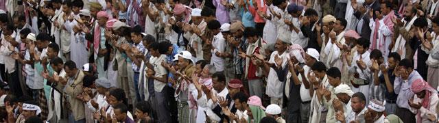 Manifestantes antigubernamentales rezan en las calles de Taiz. | Reuters
