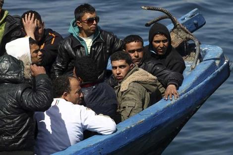 Inmigrantes cerca de Lampedusa.  Efe