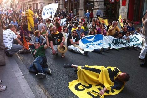 Imagen de los manifestantes en la valenciana calle de La Paz | E.M.