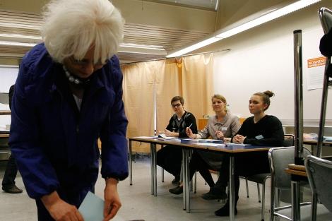 La primera ministra, Johanna Sigurdardottir, vota en el referéndum Icesave. | Reuters