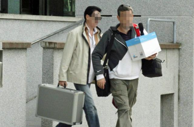 Varios guardias civiles transportan parte del sumario. | Eliseo Trigo