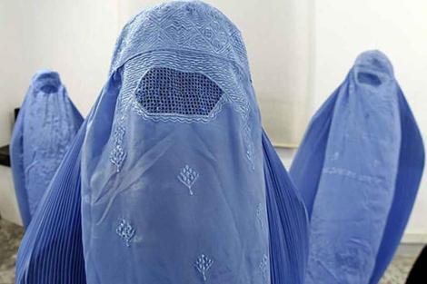 Burkas en una exposición en Niza. | Reuters