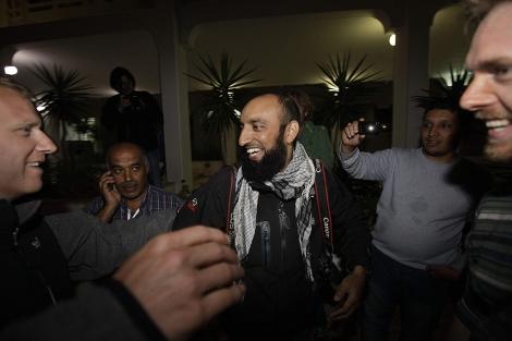 Altaf Qadri se reencuentra con otros colegas de profesión en un hotel de Bengasi.   AP