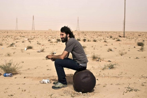 Manu Brabo durante un descanso mientras cubría el frente de combate de la zona oriental libia. | Diego Ibarra | Efe