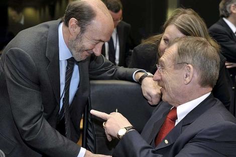 Rubalcaba saluda al ministro húngaro del Interior, Sandor Pinter, en Luxemburgo.   Efe