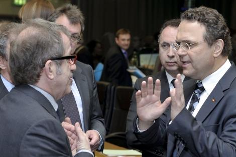 Roberto Maroni conversa con Hans-Peter Friedrich en la reunión de la UE. | Efe