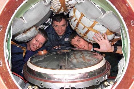 B. Sheperd, de EEUU, y los rusos Y. Gidzenko y S. Krikalyov en 2000. | NASA.