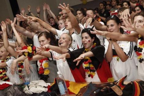 Jóvenes alemanes animando a su selección en Madrid.   Oscar Monzón