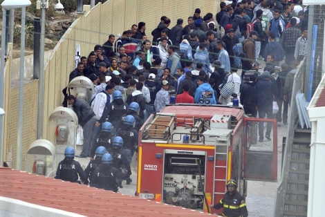 Inmigrantes se amotinan en un centro de acogida italiano. | Efe