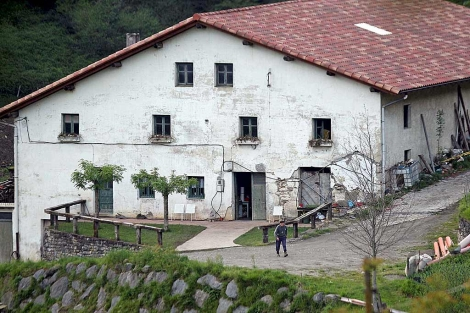 Caserío de Legorreta, donde se localizaron casi 900 kilos de explosivo.   Efe