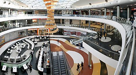 Interior de uno de los patios del complejo comercial. | Efe
