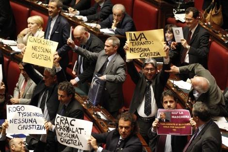 La oposición muestra pancartas de protesta en la Cámara baja italiana. | Reuters