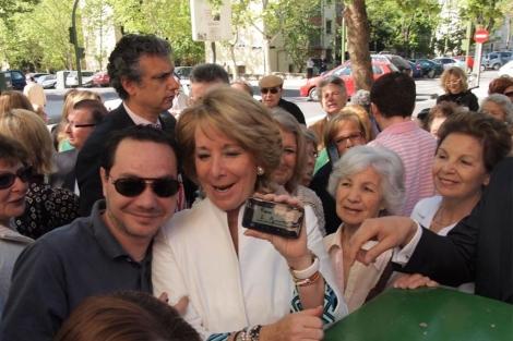 Aguirre posa con su primer autógrafo digital. (Blasco)