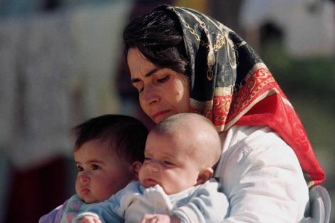 Una mujer kurda con sus dos hijos.| ELMUNDO