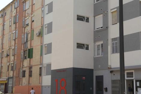 Fachada de un edificio recién rehabilitado junto a otra antigua. | ELMUNDO.es