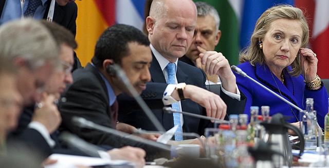 Clinton, durante la reunión de la OTAN en Berlin. | Afp