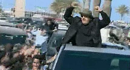 Gadafi en Trípoli en una imagen de la TV estatal, supuestamente tras el bombardeo.